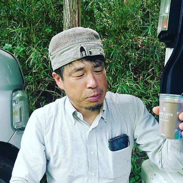 【養蜂場でとろ~んシリーズハニーカフェオレ】甘さ控えめのカフェオレを少し楽しんだら途中からはちみつを加えてハニーカフェオレに変身させました疲れたときにはこの甘さがからだにしみるんです ※美味しさのあまり代表は途中で口角の横から垂らしちゃいました#カフェオレ #ハニーコーヒー #honeycoffee #caffeine #cafe #cafes #café #coffeetime #coffee_inst #coffee_time #coffee #coffeetime #coffee_time #coffeetime️ #coffeelife #coffeelove #coffeecoffeecoffee #コーヒー好き #珈琲時間 #日本 #山口県下関市 #廣田養蜂場生はちみつ #廣田養蜂場 #廣田養蜂場の #養蜂場の蜂蜜  #honey #lawhoneyjapan #lawhoney #japanfood #hirotabeefarm