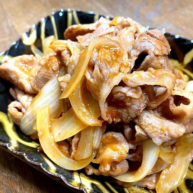 【簡単はちみつポークケチャップ】ご飯がススムおかず(お弁当にも)①玉ねぎを半透明まで炒め横によける②豚肉を炒め色が変わったら③鍋肌にタレを投入し火を止める④塩こしょう少々にコクを出すためのはちみつ小1を回し掛け出来上がり 『材料』︎豚  300g︎玉ねぎ  1/2 『タレ』︎ケチャップ 大3︎ソース  大1︎酒  大1︎酢  小1︎はちみつ  小1︎醤油  小1/2︎コンソメ  小1︎にんにく  1片#はちみつレシピ #はちみつ #レシピ #夕食 #おかず #おかずレシピ #お弁当 #弁当 #お弁当おかず #豚肉 #豚肉料理 #玉ねぎ #タマネギ #廣田養蜂場 #japan #japanesefood #honeycomb #honeys #beekeeper